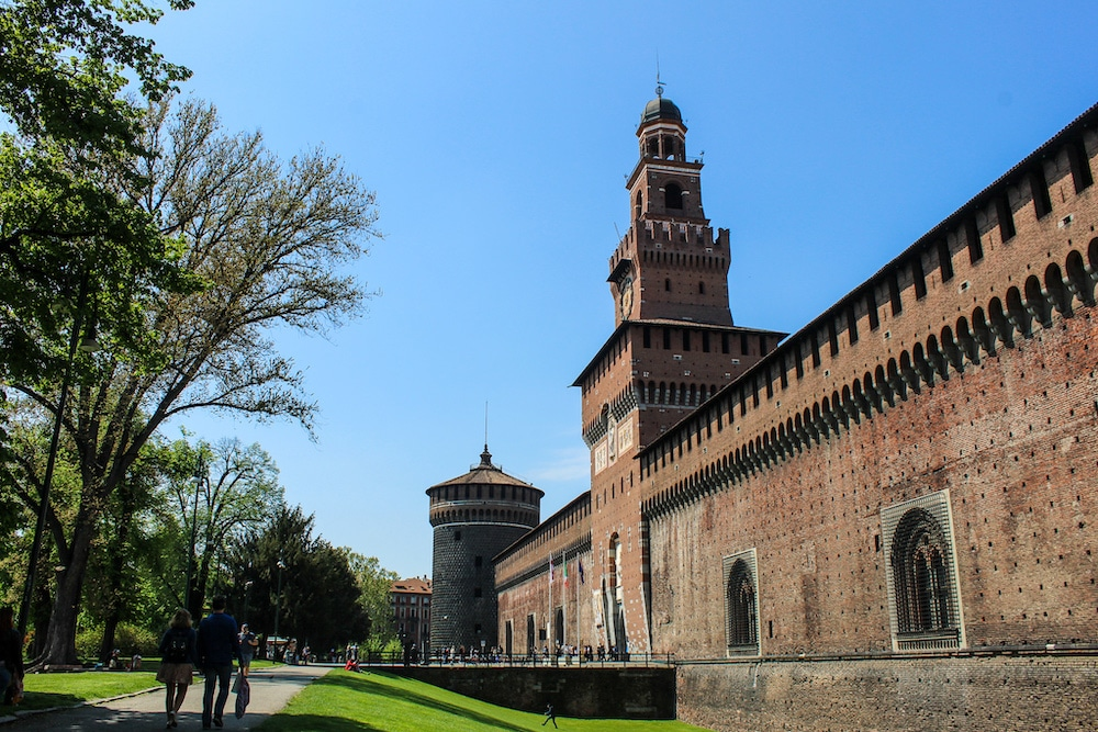 solo travel milan and taking a stroll